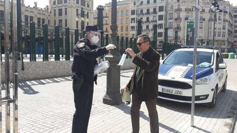 Reparto de mascarillas frente a la Estació del Nord, en la ciudad de València. EPDA/Archivo
