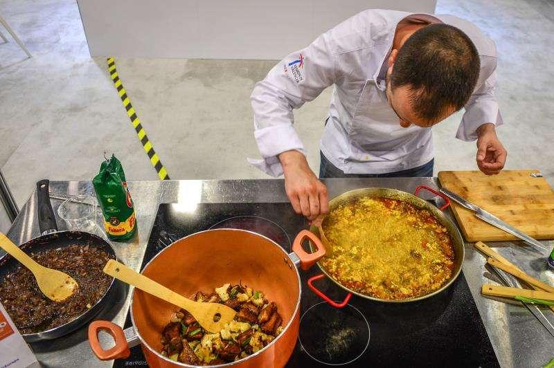 Un cocinero preparando una paella. EFE/Archivo