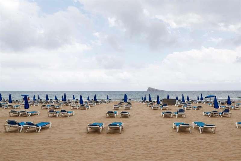 La playa de Levante de Benidorm vacía con las tumbonas con la distancia de seguridad. EFE