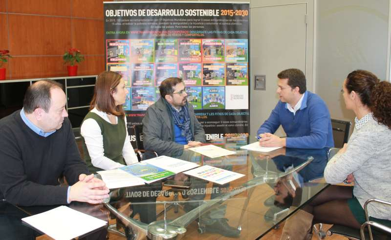 El Alcalde de Alfafar, Juan Ramón Adsuara y el Director General de Cooperación y Solidaridad en la firma del convenio. EPDA
