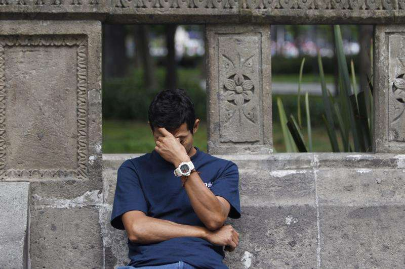 Un joven sufre los síntomas de la migraña. EFE/Archivo