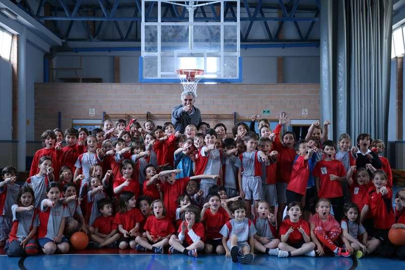 Alumnos del Club Deportivo de Baloncesto de Caxton College disfrutando con Fernando Romay en las instalaciones deportivas del colegio. EPDA
