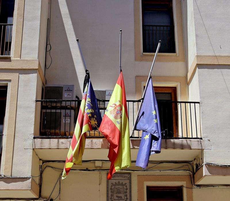 Unas banderas a media asta. EFE/Archivo