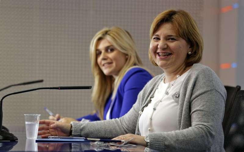 La portavoz adjunta del PP en Les Corts, Eva Ortiz, (izqda) junto a la presidenta del PP-CV, Isabel Bonig (dcha). EFE