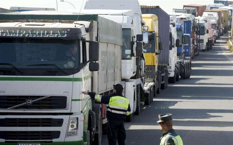 Cola de camiones en la carretera V-30 en el acceso al puerto de València. EFE/Kai Försterling/Archivo