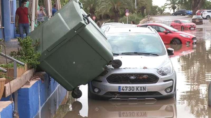 Un coche atrapado por las consecuencias del temporal del 30 de agosto en Port de Sagunt. / EPDA
