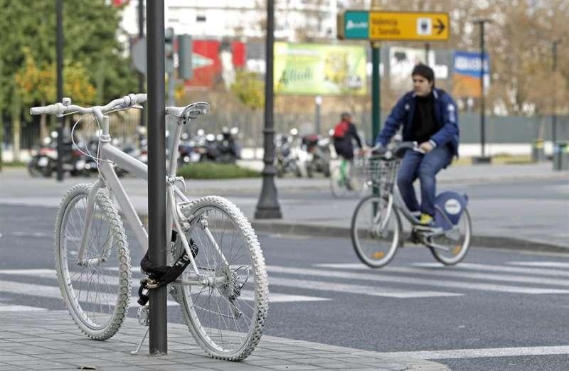Una bicicleta blanca en memoria de una ciclista que falleció arrollada por un vehículo. - EFE