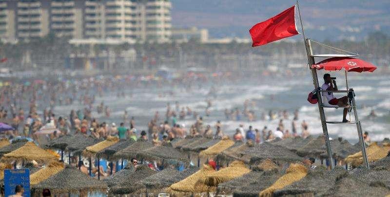Un socorrista vigila la playa de la Malvarrosa con la bandera roja izada. EFE/Archivo