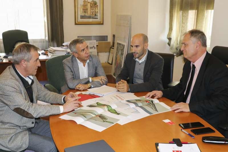 Alcalde de LLíria Manolo Civera junto a miembros directivos de Conforama./ epda