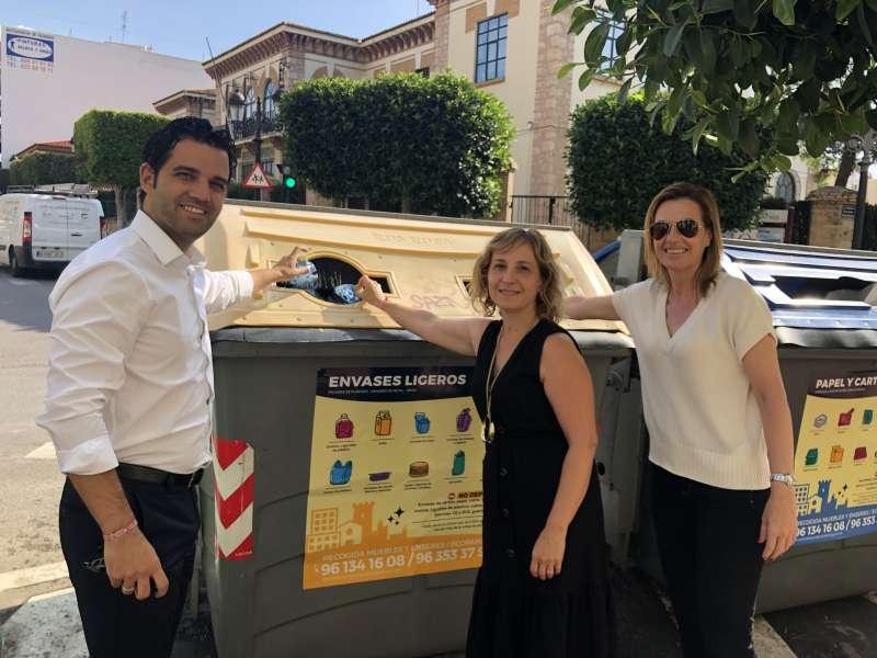 La edil Navarro dando inicio a la campaña de reciclaje