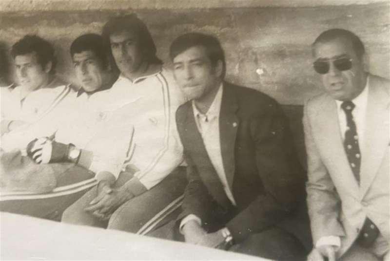 Joanet, con traje oscuro, en el banquillo, en una imagen de los años 70 facilitada a EFE.