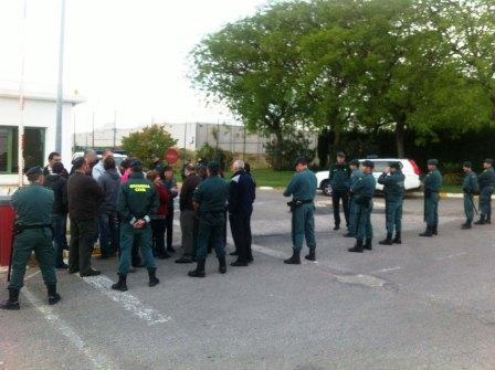 Desalojo de trabajadores en la puerta de la prisión de Picassent. Foto EPDA