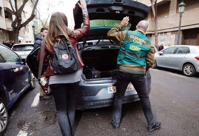 Agentes de la Guardia Civil guardan material intervenido al abogado Corbín. EFE