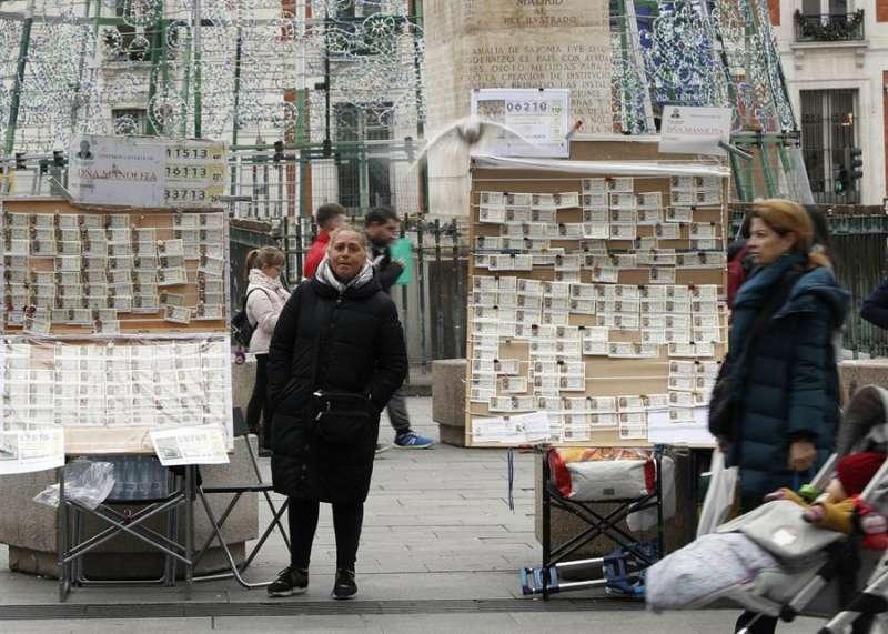 Una imagen de los tradicionales puestos callejeros de venta de boletos de la lotería de Navidad. EFE