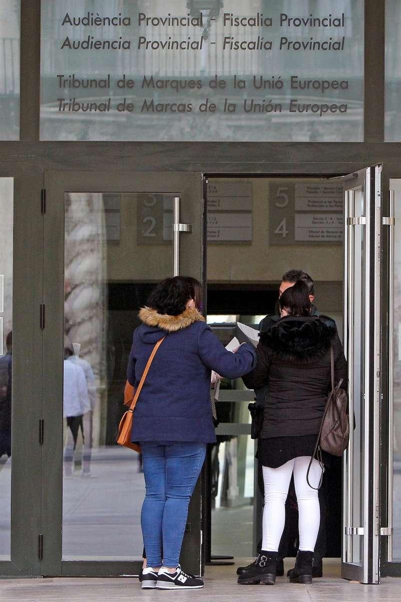 Entrada principal de la Audiencia Provincial de Alicante.