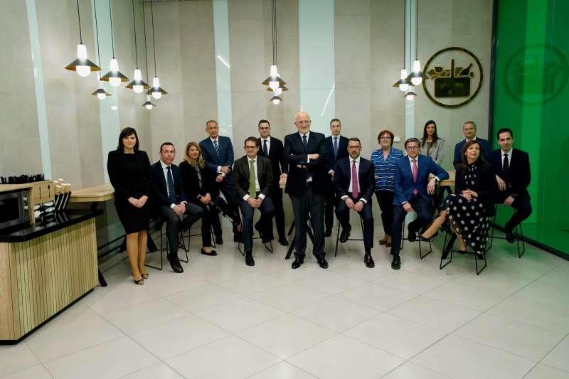 Juan Roig y miembros del Comité de Dirección de Mercadona en la zona de mesas y sillas del Nuevo Modelo de Tienda Eficiente.