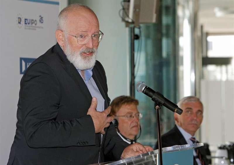 Frans Timmermans en Alicante en presencia de Ximo Puig y el director ejecutivo de la EUIPO,Christian Archembeau.EFE/MORELL