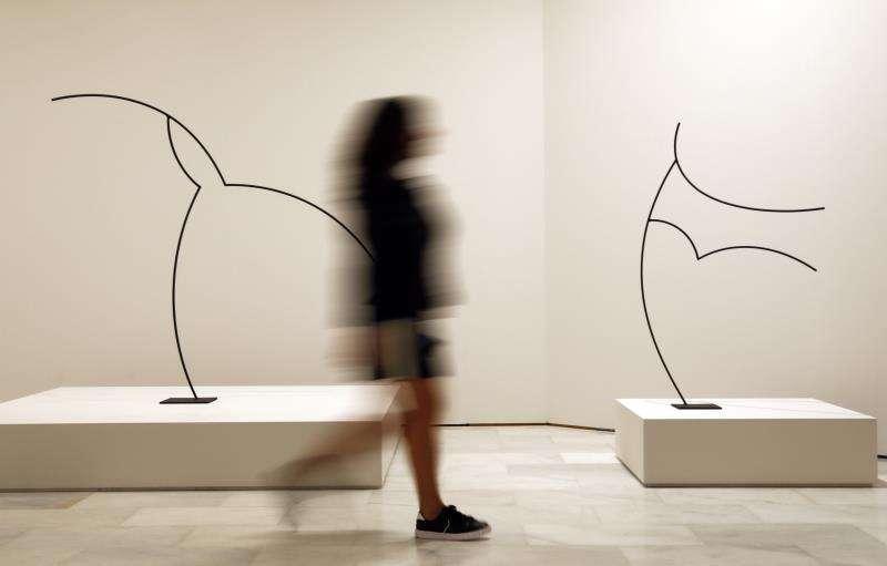 Una mujer recorre la retrospectiva de la obra de Andreu Alfaro