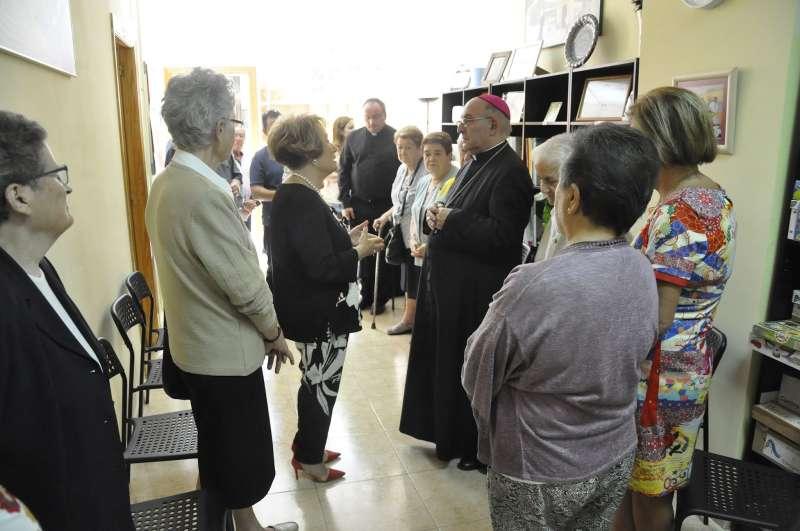 El prelado con la presidenta de la Asociación Teresa Cándido