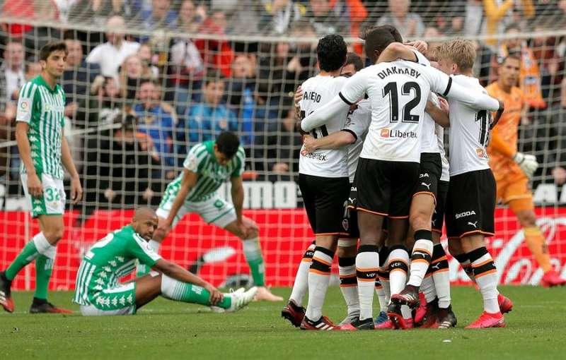 Los jugadores del Valencia celebran el primer gol. EPDA