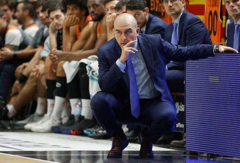 El entrenador del Valencia Basket, Jaume Ponsarnau, atento a un partido. EFE/Archivo