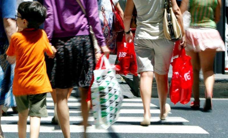 Varias personas cruzan un paso de peatones.  EFE