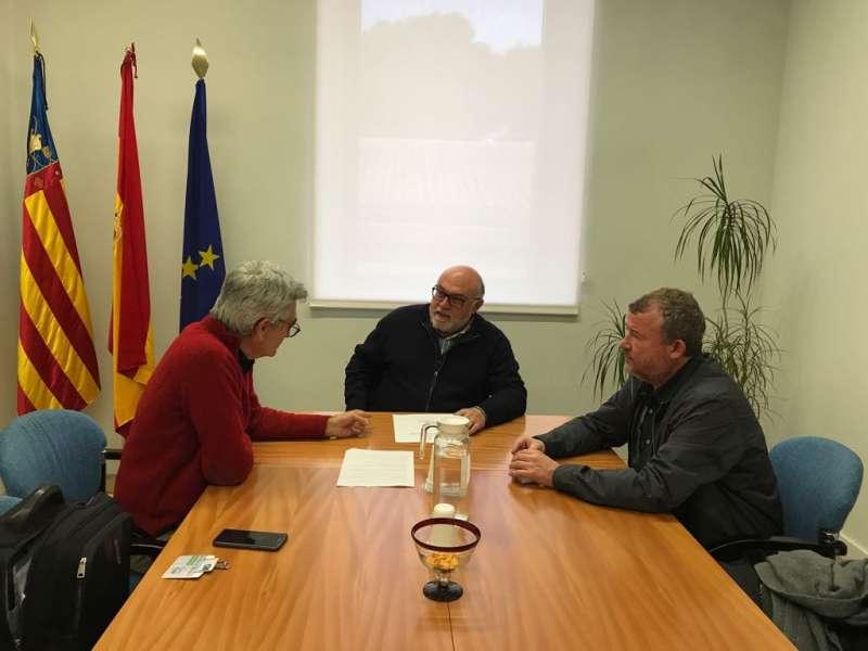El alcalde y el presidente del Consell Agrari de Sagunt con el secretario autonómico de Agricultura en la reunión. EPDA