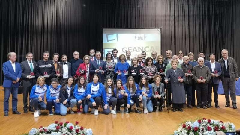 Foto de familia de los premiados. / EPDA
