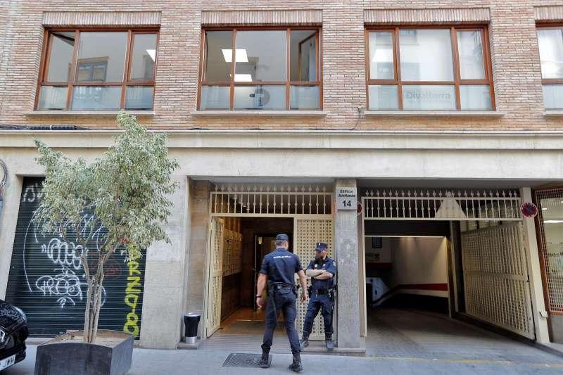 Agentes de la Polic�a Nacional en la entrada de la empresa p�blica Divalterra.