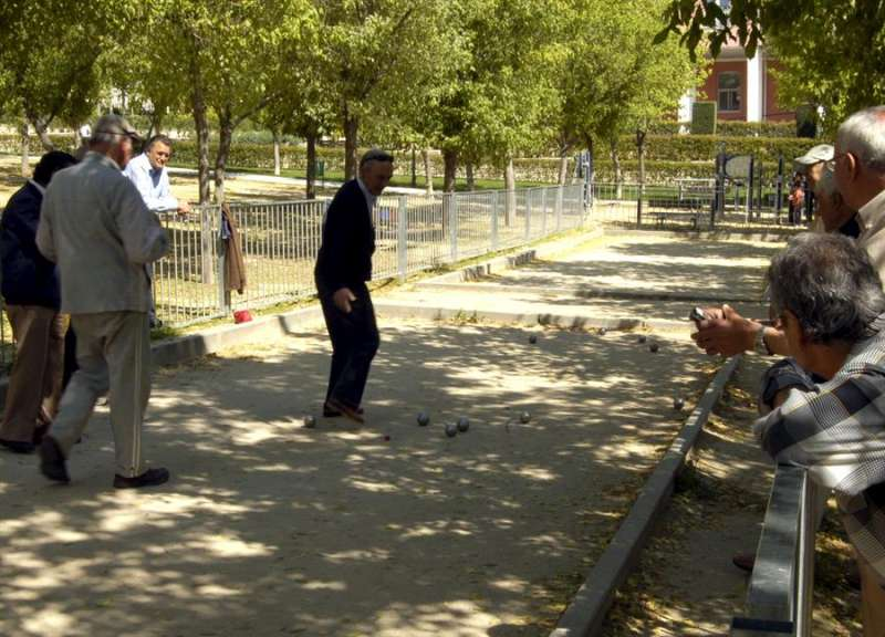 Un grupo de jubilados se reúne en un parque madrileño para jugar a la petanca. EFE/J. Benet/Archivo