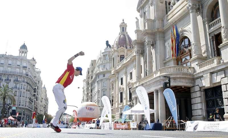 Imagen de archivo del pilotari Puchol II realizando un saque durante una partida conmemorativa de llargues que se llevó a cabo en la plaza del Ayuntamiento de València.