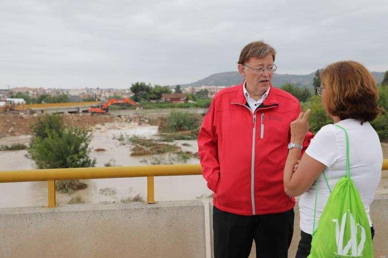 Imagen cedida por la Generalitat del president de la Generalitat, Ximo Puig, junto a la alcaldesa de Almoradí, María Gómez. EFE