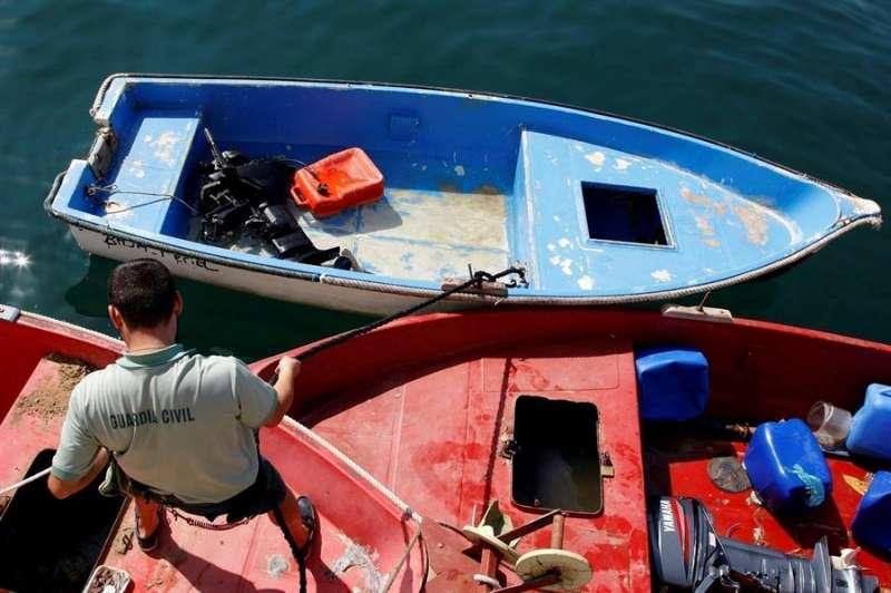 Un agente de la Guardia Civil amarra la patera llegada a Alicante, en una imagen de archivo. EFE/MORELL