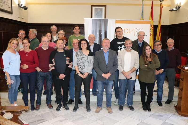 Foto del equipo de gobierno con la diputada autonómica y las asociaciones que han impulsado el expediente. EPDA