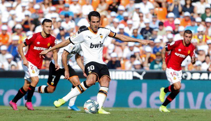 Dani Parejo (c) lanza un penalti ante el RCD Mallorca,en la tercera jornada de LaLiga Santander. EFE/Archivo