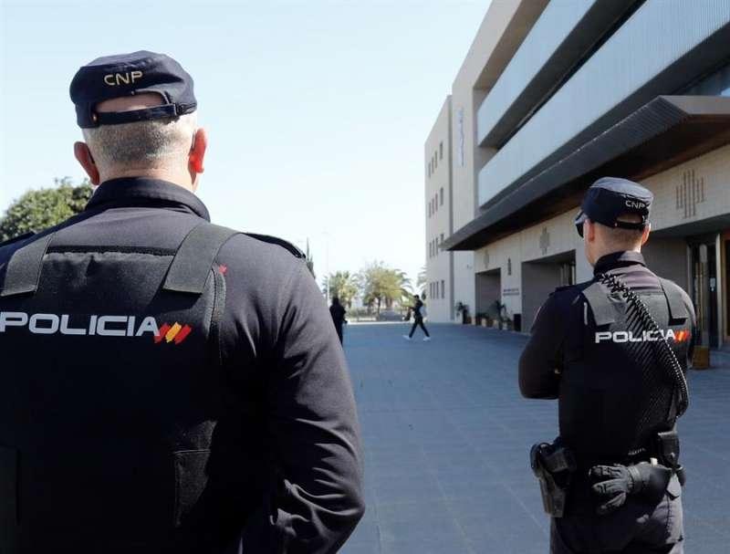 En la imagen, la Policía Nacional en las puertas de la Audiencia de Castellón. EFE/ Doménech Castelló/Archivo