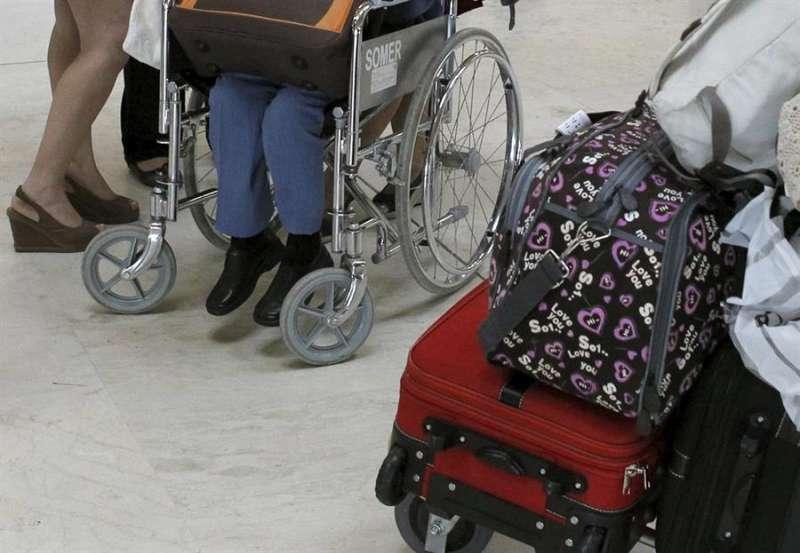 Una persona con silla de ruedas en un aeropuerto. EFE/Archivo