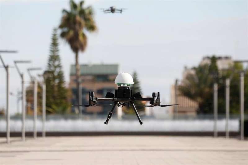 Despegue de un dron con material sanitario durante la presentación del proyecto
