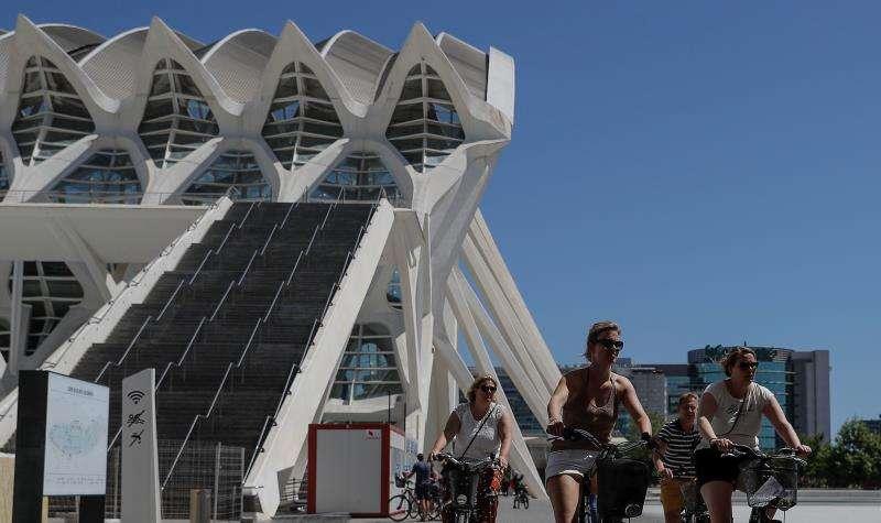 En la imagen varias turistas pasan ante el Museo de las Ciencias. EFE