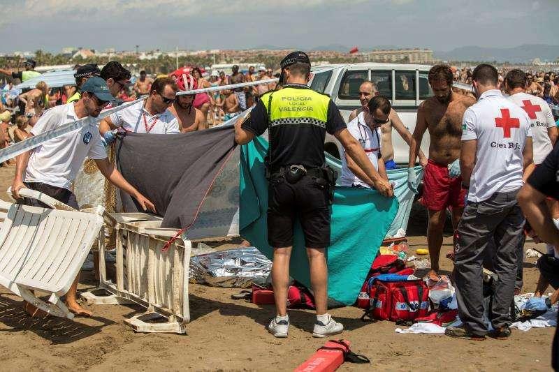 Un rescate en una playa valenciana. EFE