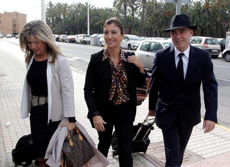La exalcaldesa de Orihuela Mónica Lorente (centro), acompañada de sus abogados, llega a los juzgados de Elche. EFE