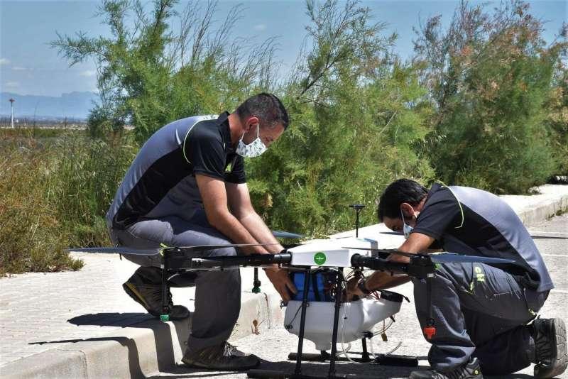 Operarios del Ayuntamiento de Elche preparando un dron para actuar contra los mosquitos, en una imagen facilitada por el cosistorio.