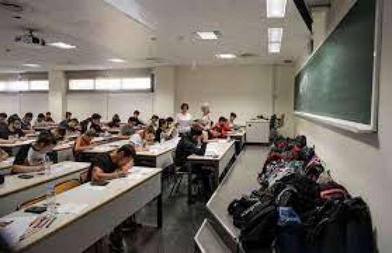 Alumnos realizando una prueba de las PAU.