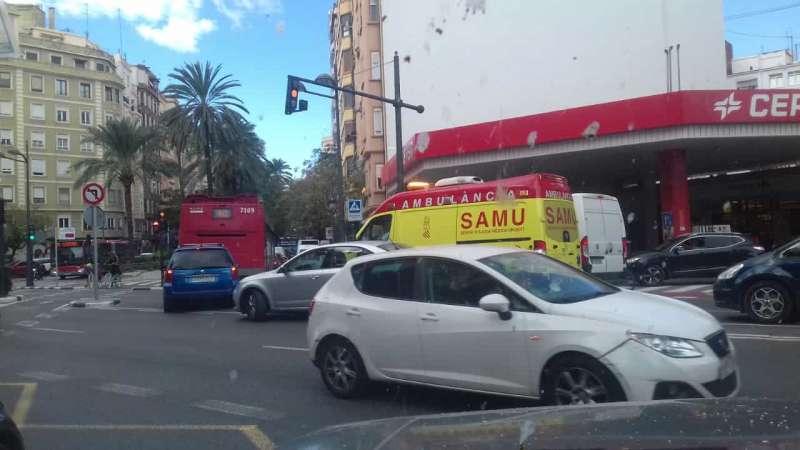 Ambulancia atrapada en la gasolinera antes de girar hacia Reino de Valencia. EPDA