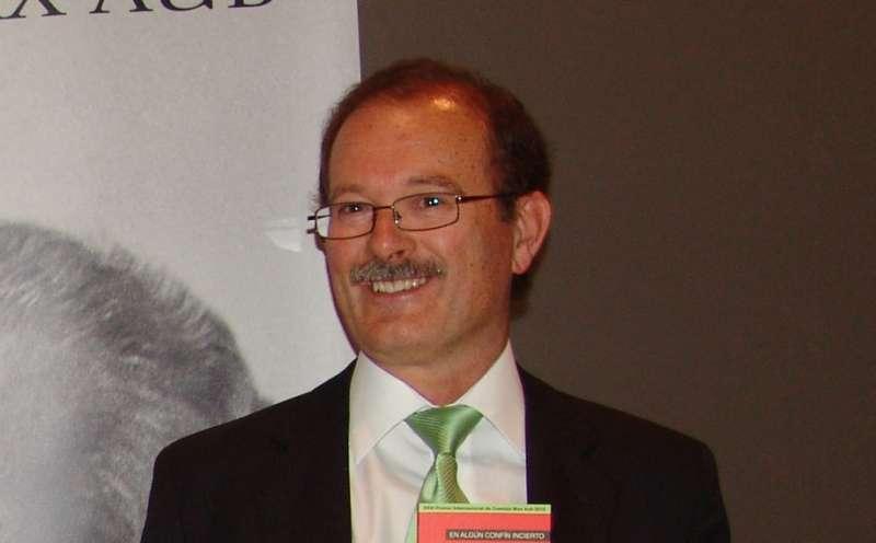 Antonio Montero al recibir el premio Max Aub