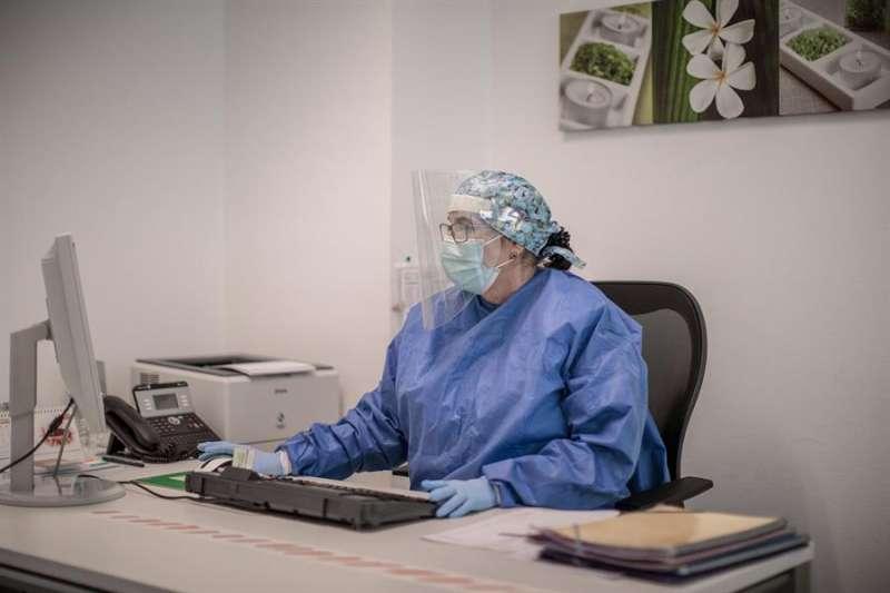 En la imagen, una enfermera de un centro de salud de Valencia. EFE