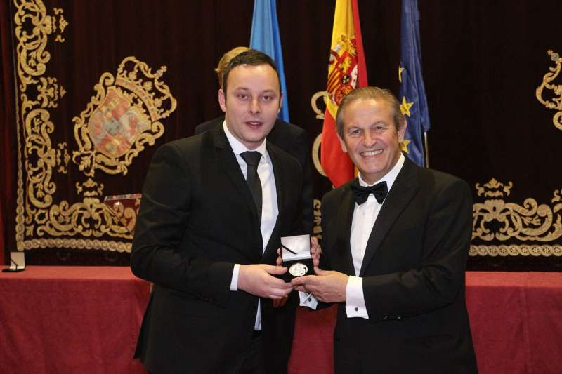 Pedro Albares recogiendo la Medalla de Oro del Foro Europeo Cum Laude
