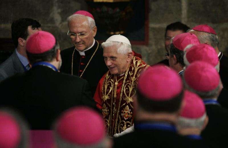 El Papa Benedicto XVI saluda a los obispos durante su visita a la Capilla del Santo Cáliz de la Catedral de València. EFE/Archivo