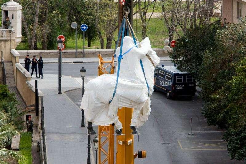 Una estatua ecuestre de Francisco Franco, elevada por una grúa tras ser retirada en 2010 de un patio interior de la sede de la Capitanía General de València. EFE/Archivo