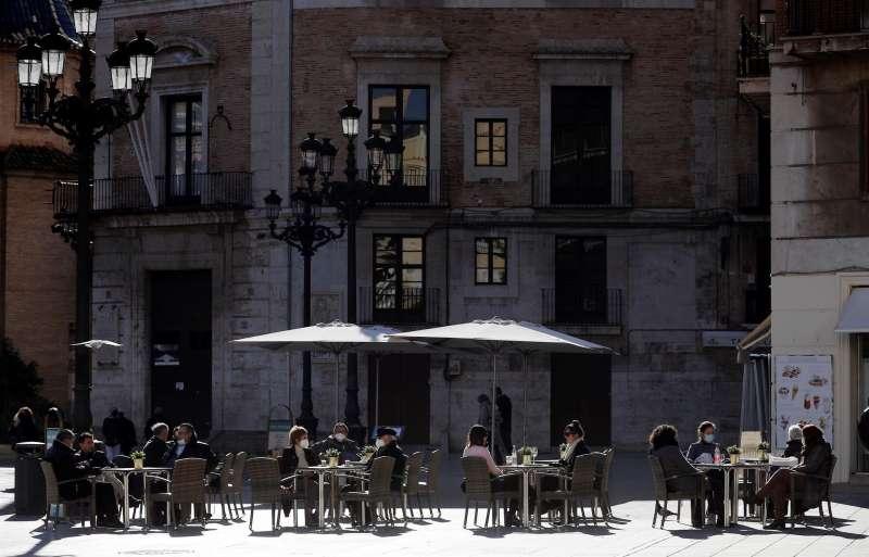 Un grupo de personas en una terraza al sol en València. EFE